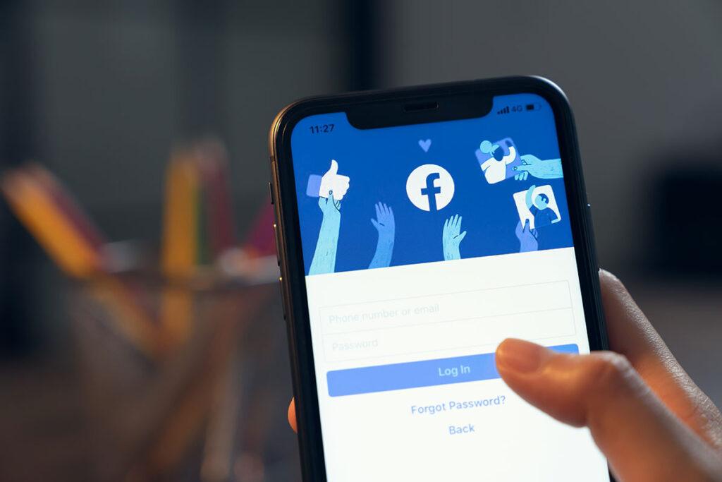 cati utilizatori are facebook